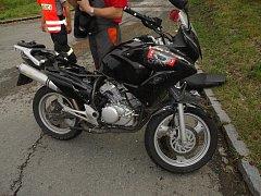 Motorkář ve Rtyni dostal smyk a narazil do protijedoucího auta.