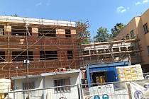 UŽ SE STAVÍ. Vedle institutu RIAPS v Trutnově zatím pracují stavbaři. Nejpozději od ledna 2021 budou v moderním domě působit odborníci Centra duševního zdraví.