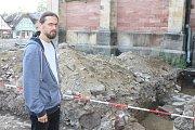 Archeolog Muzea Podkrkonoší v Trutnově Ondřej Tůma nalezl pozůstatky dosud neznámého gotického kostelíku ve Vrchlabí.