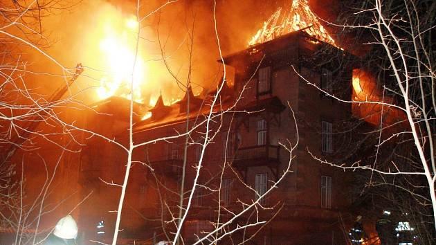 Požár bytového domu v místní části Rudníku Fořt. Příčinou požáru bylo zazdění nosného trámu střešní konstrukce do komínového tělesa.