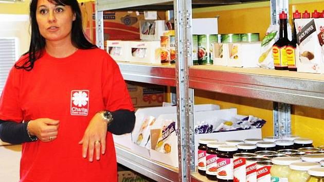 Martina Vágner Dostálová ve skladu potravin Charity.