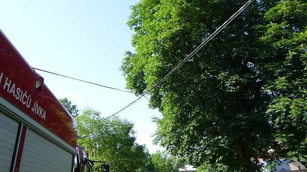 Traktor v Jívce povalil dva telefonní sloupy.