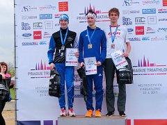 JEDEN ÚSPĚCH ZA DRUHÝM sbírá v letošní sezoně turnovský atlet Michal Hanyk (vlevo). Na aquatlon vyrazil se svým bratrem.