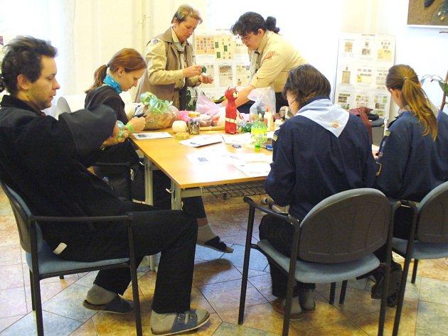 SKAUTŠTÍ VEDOUCÍ z celého Královéhradeckého kraje se sjeli do Hostinného, kde o víkendu absolvovali například řadu vzdělávacích programů.