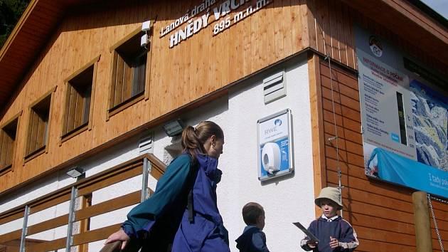 LANOVKA NA HNĚDÝ VRCH je v provozu každý den od 9 do 16 hodin. Dolní stanice je necelých 900 metrů nad mořem.