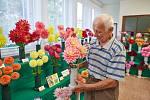 Jaroslav Loufek s jiřinkami, které vystavil při víkendovém Světu květin v Trutnově.