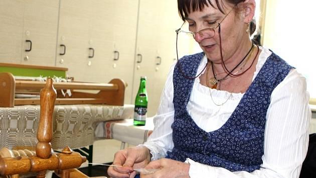 RUKODĚLNOU ČINNOST předvedli v Horním Maršově na jarmarku i někteří výrobci. Návštěvníky zaujala například práce na kolovrátku z maloúpské dílny U Wondráčků.