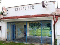 LETOS PŘIJDE DEMOLICE. Areál koupaliště v Hostinném, který byl naposledy v provozu v roce 2003, je zpustošený. Radnice příští rok začne budovat nové.