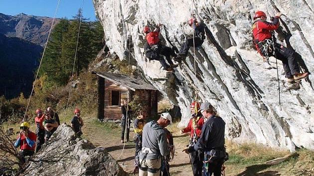 BĚHEM cvičení si členové horské služby vyzkoušeli například záchranu ve skalním terénu, trénovali také lanovou techniku.
