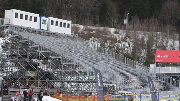 Organizační cvrkot před startem Světového poháru lyžařek vrcholí. Tribuny ve Svatém Petru už v pátek zaplní diváci.