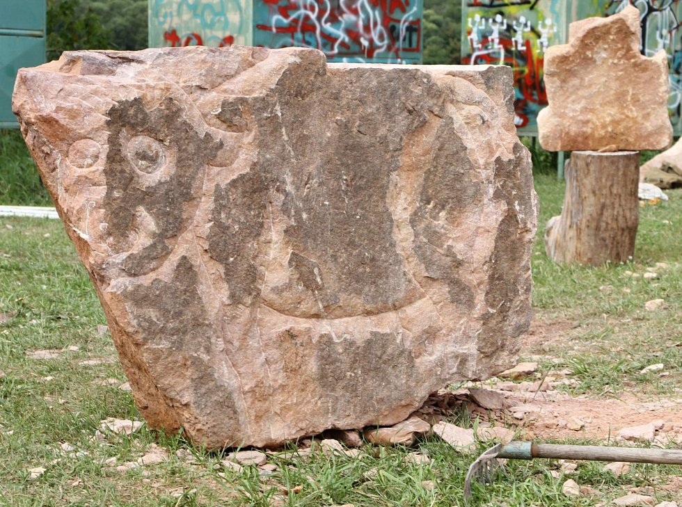 Sochaři pod širým nebem v areálu Vejsplachy opracovávali kámen.