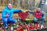 Lidé zapalovali svíčky 17. listopadu na Hrádečku u chalupy Václava Havla.