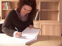 HISTORIČKA turnovského muzea Alžběta Kulíšková při malé autogramiádě právě vydané knihy.