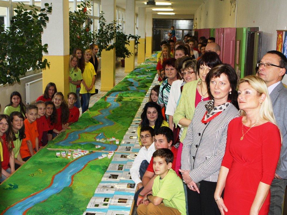 Školáci a učitelé V Domcích mají rekordní model řeky Úpy