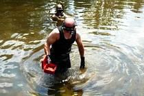POTÁPĚČI OBJEVILI kasičku v místech, kam ji zlodějka, jak se přiznala, odhodila do řeky Jizery.