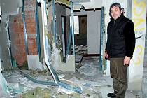 Po letech se naskýtá v bývalém podniku Labužník tristní pohled na chátrající interiéry  původně plánovaného moderního hotelu. Deníku je ukázal starosta Jiří Zeman.