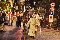 Předseda spolku Trutnov - město draka Otto Štemberka (vpředu) při dračích slavnostech.