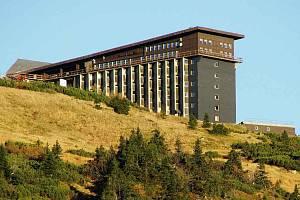 Labská bouda se nachází v první zóně Krkonošského národního parku. Leží vnadmořské výšce 1340metrů na Labské louce severozápadně od Špindlerova Mlýna, necelý 1km od pramene Labe.
