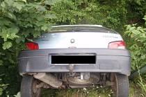 Řidič zůstal s autem viset nad potokem