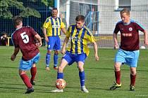 V utkání skupiny C si Česká Skalice (modrožluté dresy) hravě poradila s rezervou Náchoda.
