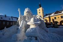 Krakonoš vytesaný ze sněhu na náměstí v Jilemnici.