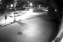 Ze záznamu kamer je také zřejmé, že touto ulicí projelo ve 21:55 menší osobní auto světlé barvy typu hatchback se zadními světly v horní polovině karoserie