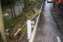 NEŠŤASTNÁ SOUHRA okolností málem připravila o život lesní dělníky, kteří u silnice káceli stromy.
