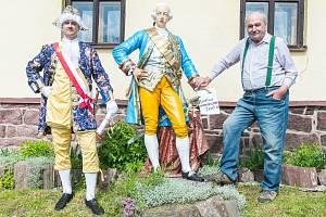 Císař, socha a zachránce. Jiří Laštovička (vpravo) zachránil před zničením sochu císaře Josefa II. Vlevo císař, který přijel v sobotu v rámci oslav 50 let Josefa II. v Markoušovicích.