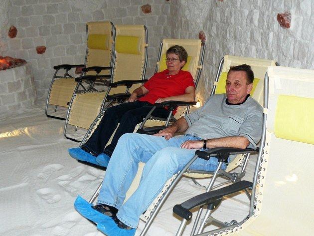 SEANCI NA POLOHOVACÍCH LEHÁTKÁCH doplňuje relaxační hudba a systém tzv. chronoterapie neboli světelné terapie