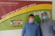 Ochranné štíty testují pracovníci MAS Království – Jestřebí hory.