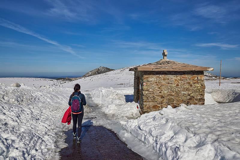 Lidé v neděli vyrazili na turistickou cestu mezi Výrovkou a Luční boudou v Krkonoších. Procházeli kolem mohutných sněhových mantinelů.