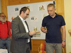 Starosta Jan Jarolím křtí Petru Havránkovi jeho novou knížku.