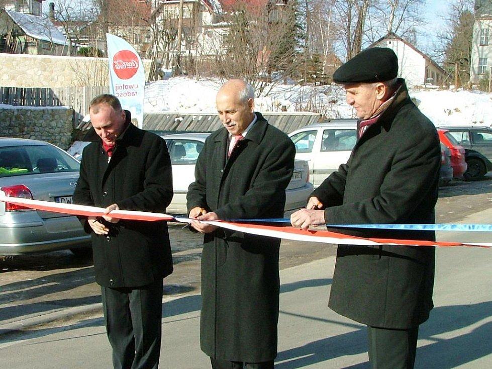 SILNICE OPRAVENA. Společně s polskými politiky pásku stříhal náměstek libereckého hejtmana Vít Příkaský (uprostřed).