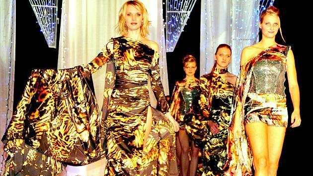 MÓDNÍ PŘEHLÍDKA představila divákům několik desítek modelů předních návrhářů.