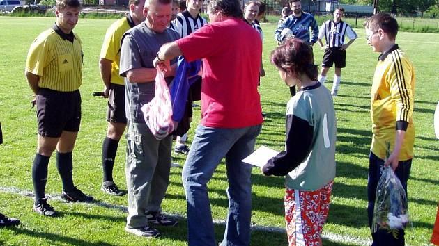 Trenér lánovských fotbalistů Milan Mihok (vlevo) oslavil v sobotu 75. narozeniny.