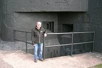 Před pěchotním srubem T-S 73 na Stachelbergu. Zde je muzeum i vstup do pevnostního podzemí.