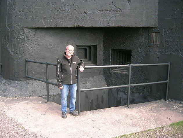Před pěchotním srubem T-S73 na Stachelbergu. Zde je muzeum ivstup do pevnostního podzemí.