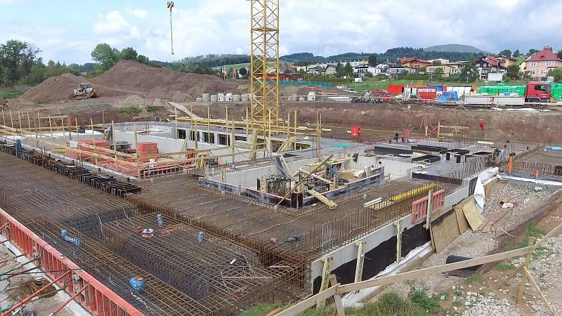 Stavba krytého bazénu ve Vrchlabí je v plném proudu.