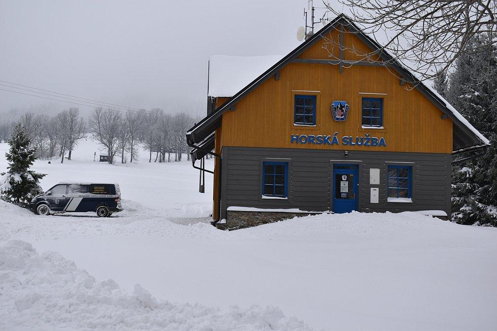 Strážné je podnikavá obec. Provozuje lyžařský areál, parkoviště a obchod U dvou sojek. Do loňského května provozovalo i restauraci.
