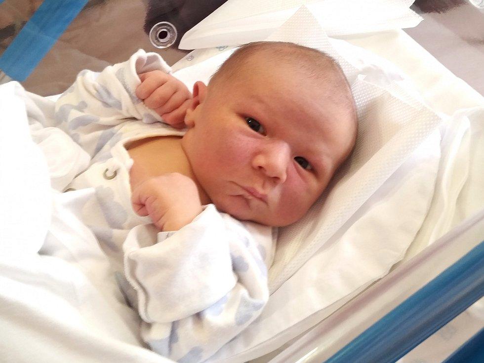 ŠIMON FRIDRICH se narodil 23. dubna ve 20.57 hodin rodičům Nikole a Lubošovi. Vážil 4,4 kg a měřil 54 cm. Doma bude rodina v Hajnici.