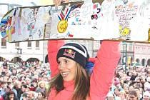 ZLATÁ OLYMPIONIČKA Eva Samková byla ve Vrchlabí v obklopení fanoušků, dostala koně i pomalovaný snowboard.