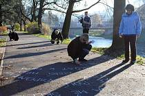 BÁSNĚ KŘÍDOU na chodník psali v semilském parku Ostrov hlavně mladí lidé, akce byla v režii knihovny.