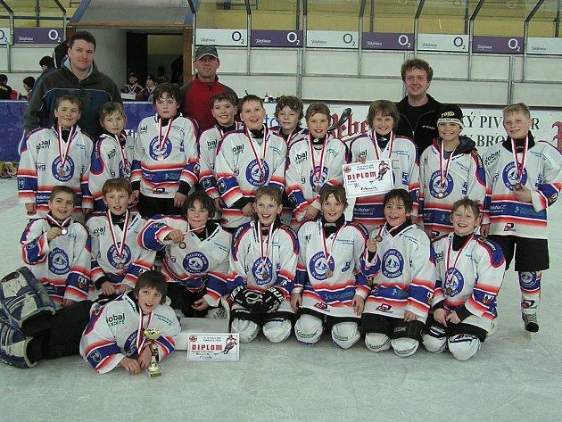 BRONZOVÉ MEDAILE. Mladí hokejisté HC Krkonoše vybojovali v konkurenci na tradičním turnaji čtvrtých tříd v Havlíčkově Brodě třetí místo.