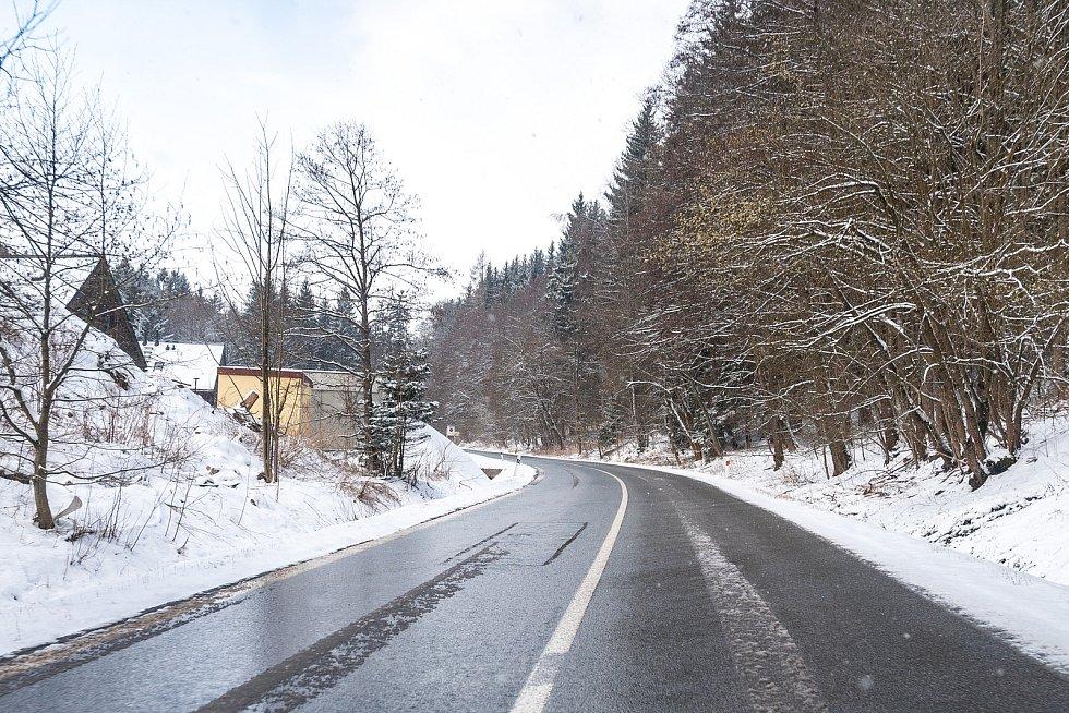Sníh na cestě do Janských Lázní ve středu 7. dubna.