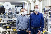 Firma SVK ze Dvora Králové nad Labem vyrábí linky na výrobu roušek.