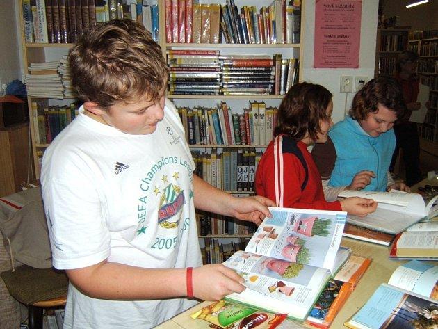 Děti tvořily a spaly v knihovně