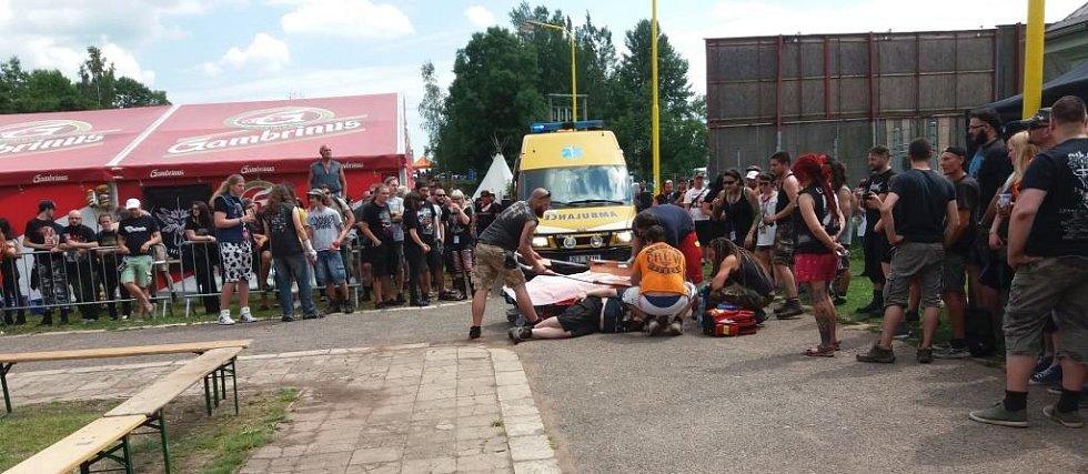 """Po tvrdém pádu zezadu na hlavu při jízdě v kontejneru zůstal mladík patrně německé národnosti chvíli v bezvědomí, ale následně dal davu najevo, že je """"ready"""". Údajně má rozštíplou lebku v oblasti za uchem."""