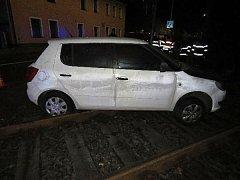 Podnapilá žena nastartovala a poslala auto do kolejiště