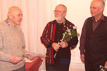 JAN SOLOVJEV (zleva), kytarista Štěpán Rak a herec Alfréd Strejček při slavnostním večeru Na Sboře.