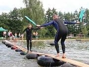 I v potápěčských ploutvích přecházeli lanžovskou lávku lidé, kteří se do obce na Královédvorsku sjeli k oblíbené letní zábavě.